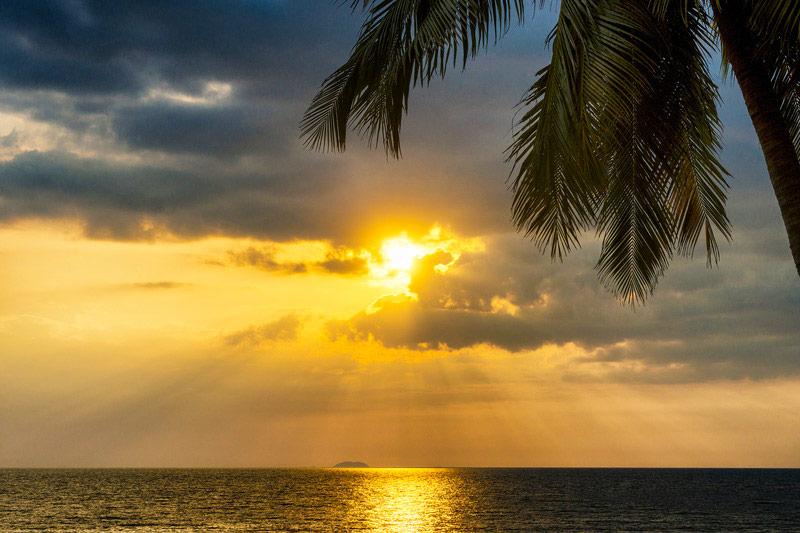 Zonsondergang over een tropische zee. Sfeerbeeld bij het blog: Volg je eigen weg van coach en relatietherapeut Lisette Wevers in Amsterdam