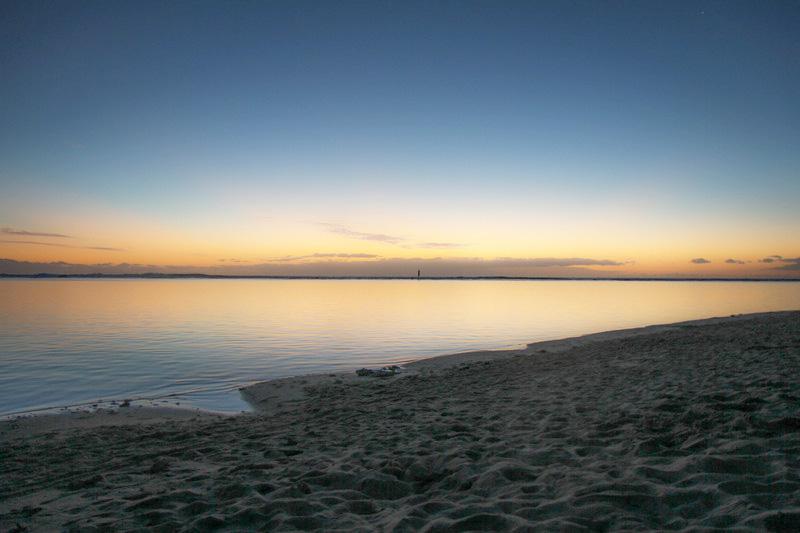 Uitzicht over kalme zee bij zonsopgang