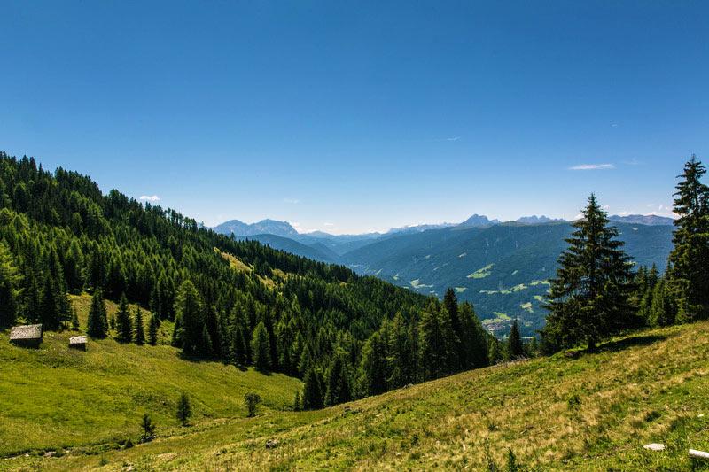 Uitzicht over een groene vallei. Sfeerbeeld bij het blog: Minder moeten meer me time tips van coach en relatietherapeut Lisette Wevers in Amsterdam