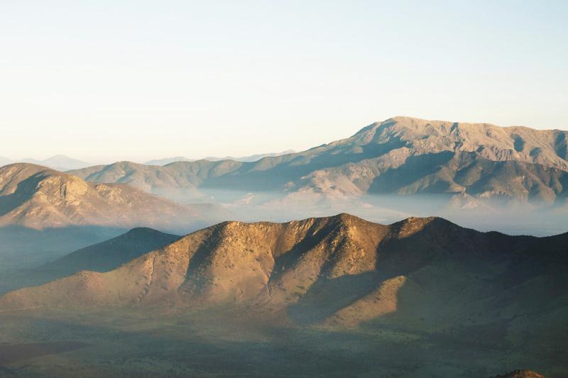 Uitzicht over kale zonbeschenen bergen. Sfeerbeeld bij het blog: Wat een ander van jou vind van coach en relatietherapeut Lisette Wevers in Amsterdam