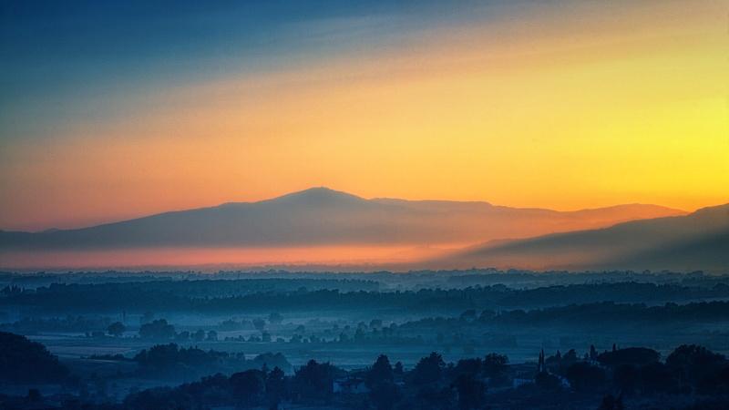 vallei en bergen in zonsondergang