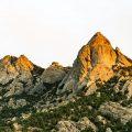 Rotsige heuvels met door zonsondergang beschenen toppen. Sfeerbeeld bij het blog: Onzekerheid zo ga je er mee om van coach en relatietherapeut Lisette Wevers in Amsterdam