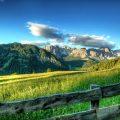 Uitzicht over een bergweide naar rotsige bergentoppen. Sfeerbeeld bij het blog: Praten over irritaties in je relatie van coach en relatietherapeut Lisette Wevers in Amsterdam